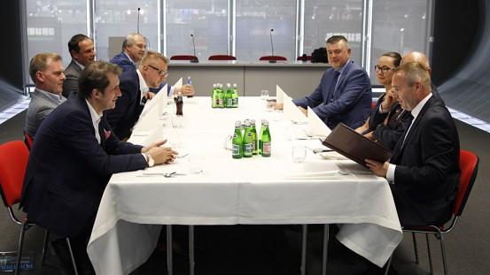 Biznes idzie dobrze, humory dopisują. Od lewej: Milan Subotić (Sawex), Marcin Herra (Sawex), Jerzy Łącki, Arkadiusz Chmielarz (Granulat), Waldemar Jurczak (Biesterfeld Polska).
