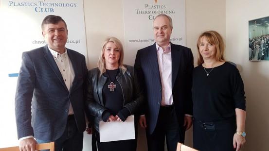 W styczniu 2018 Pani Ewa Rutkowska (wdowa po Krzysztofie) podpisała umowy stypendialne dla swoich dzieci. Tuż po podpisaniu umów w siedzibie Fundacji, od lewej: Waldemar Sobański, Ewa Rutkowska, Waldemar Jurczak, Agnieszka Szymańska.