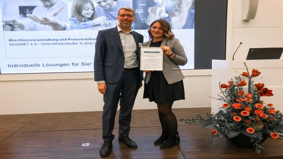Sebastian Henke (Head of Human Resources at OPTIMA packaging group GmbH) and Lana Ruder (HR Development Manager at OPTIMA packaging group GmbH) accept the special award in the field of activity