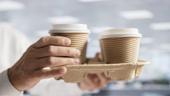 Papierowe kubki do gorących napojów są zmorą zakładów recyklingowych.