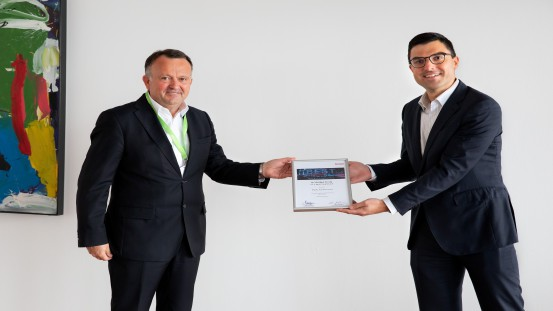 Accolade as BEST Supplier: Periklis Nassios, Executive Vice President Purchasing at Brose, (left) hands over the certificate of appointment to the exclusive group of BEST Suppliers to Stefan Engleder, the CEO of the ENGEL Group.