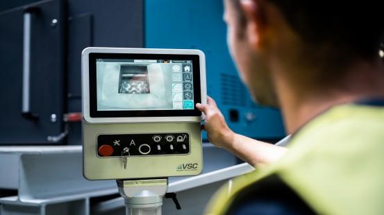 Zintegrowany i intuicyjny panel obsługi VSC.control służy nie tylko jako środek komunikacji do nowoczesnego sterowania, lecz także do kontaktu z technikami z Vecoplan – umożliwia łatwą i intuicyjną obsługę maszyn.
