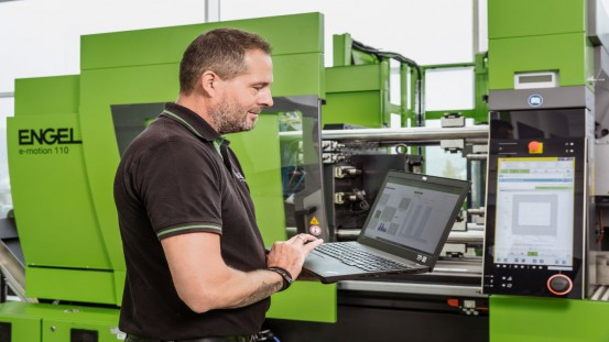 Regular maintenance of injection moulding machines and robots protects against unpleasant surprises. ENGEL care helps to avoid unnecessary service calls and high maintenance costs.