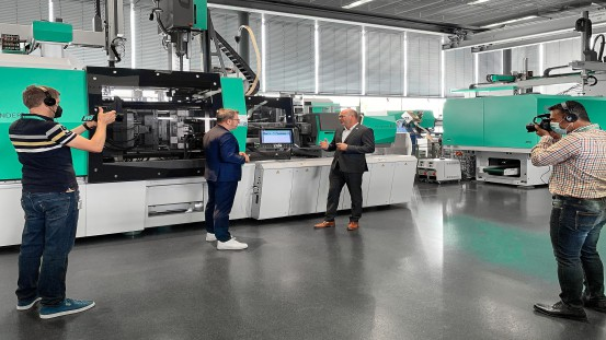 """Guido Frohnhaus (second from right), Arburg Managing Director Technology & Engineering, explained the potential of the Gestica control system, among other things, in the film """"Arburg Insights""""."""